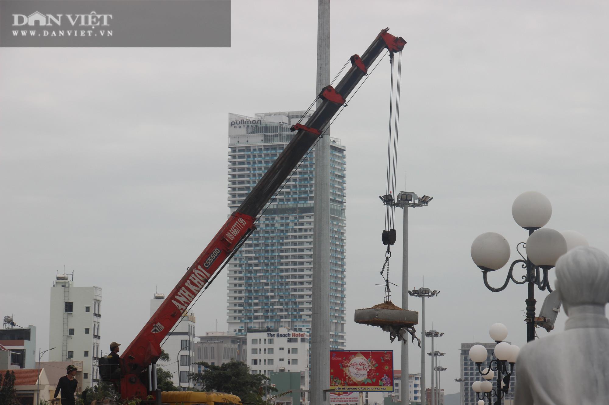 Cận cảnh cẩu 65 móng trụ bê tông không phép rời khỏi bãi biển Quy Nhơn - Ảnh 9.