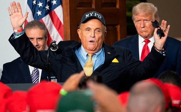 Trump trút giận lên Giuliani, cắt luôn khoản lương gần 500 triệu/ngày - Ảnh 1.