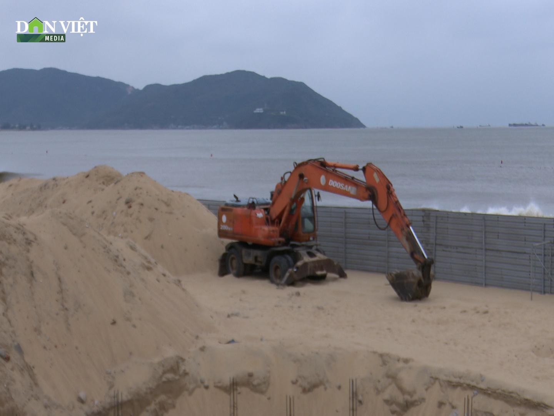 Clip: Ngang nhiên đào bới, thi công công trình không phép trên bãi biển Quy Nhơn - Ảnh 5.
