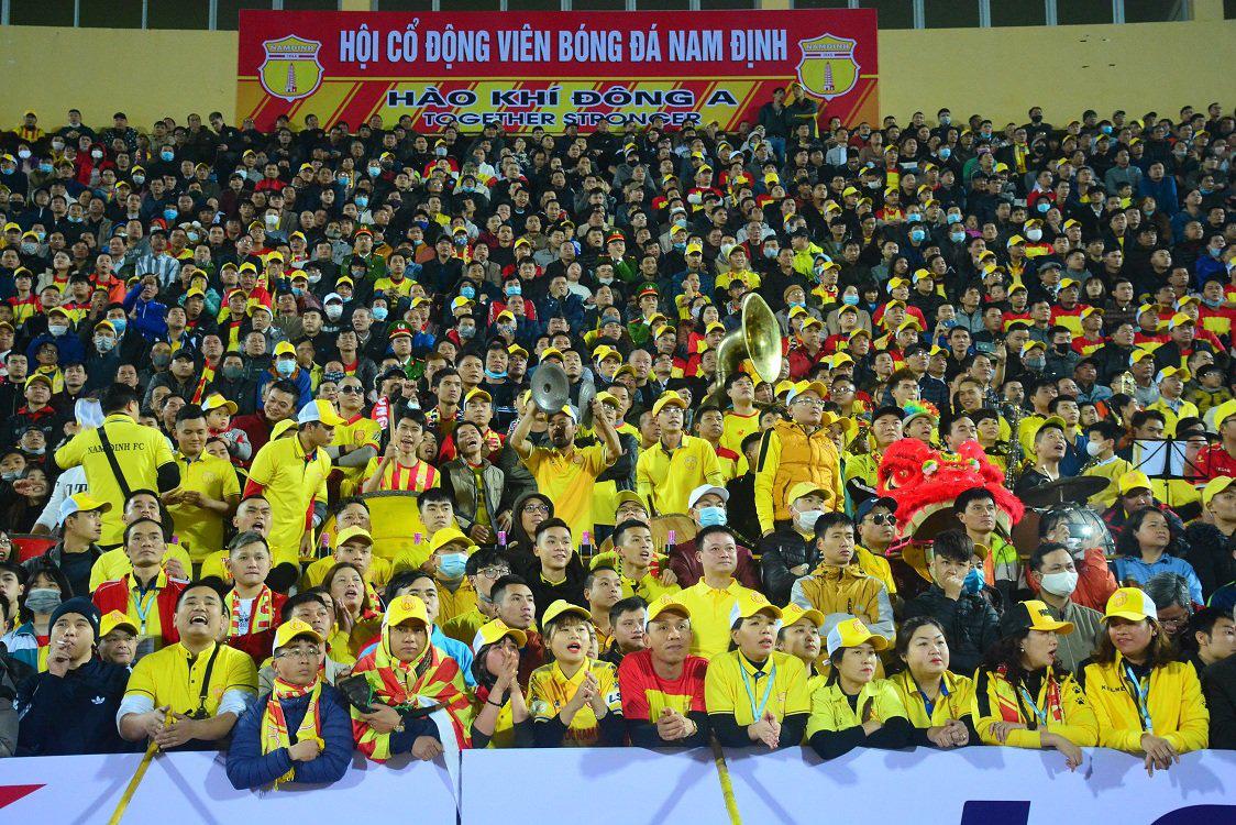 Các CĐV Nam Định đã tạo nên bầu không khí cuồng nhiệt trên sân Thiên Trường. Ảnh: Đức Trưởng