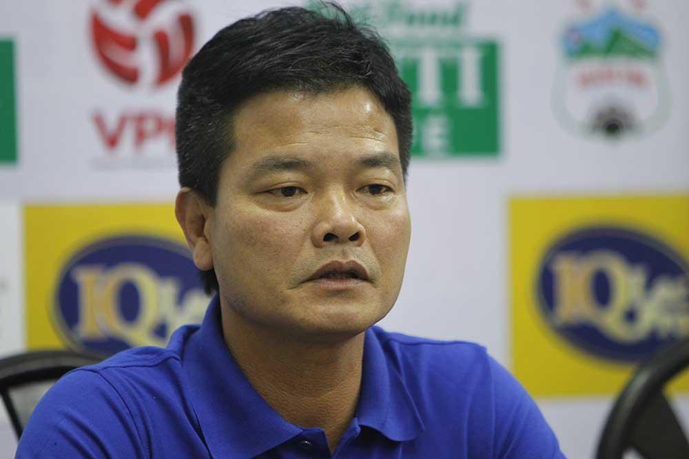HLV Nguyễn Văn Sỹ dành tặng chiến thắng tuyệt vời trước Hà Nội cho các CĐV Nam Định.