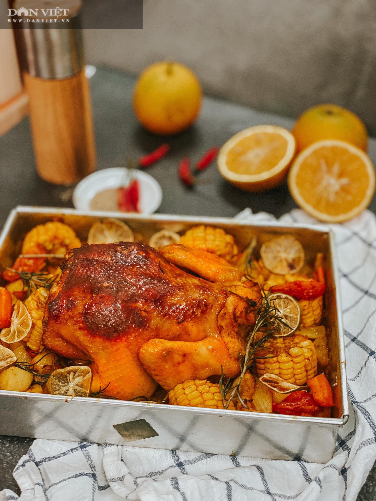 Trời lạnh xuýt xoa với món gà nướng nguyên con với cam và củ quả - Ảnh 2.
