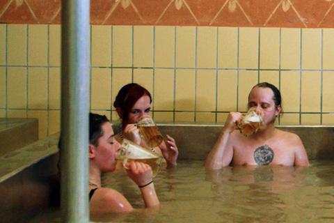 """Tắm bia ở Áo, trải nghiệm đảm bảo khiến bạn """"không say không về"""" - Ảnh 3."""