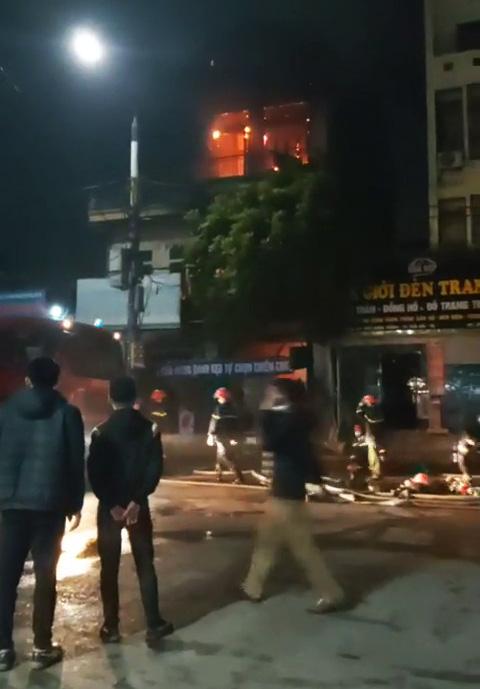 Clip: Cháy cửa hàng tạp hóa ở Thái Bình, 1 nữ sinh lớp 9 tử vong - Ảnh 3.