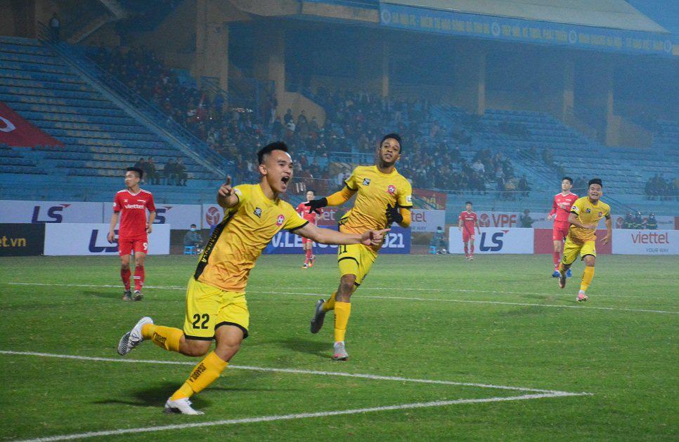 Phú Nguyên ăn mừng bàn thắng duy nhất giúp Hải Phòng đá bại đương kim vô địch V.League Viettel. Ảnh: Đức Trưởng