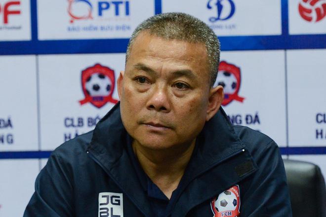 HLV Phạm Anh Tuấn không vui khi Hải Phòng để thua 2 bàn trong những phút cuối trận đấu với Nam Định.