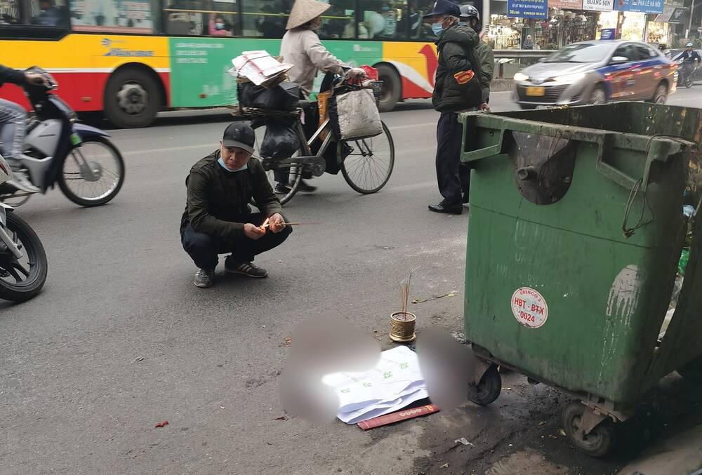 Xót xa thai nhi bị vứt bỏ cạnh bãi rác, ô tô đi đường đè trúng thương tâm - Ảnh 2.