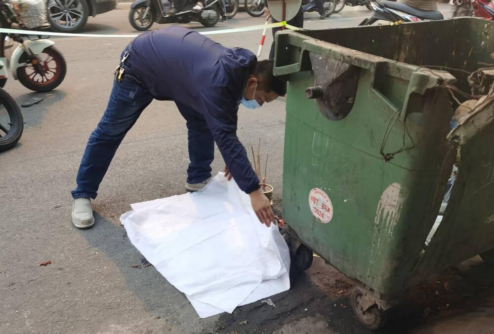 Xót xa thai nhi bị vứt bỏ cạnh bãi rác, ô tô đi đường đè trúng thương tâm - Ảnh 1.