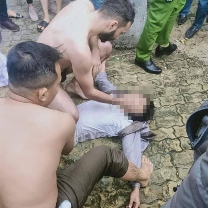 """Clip """"anh Tây"""" lao xuống sông Hàn cứu thanh niên nghi nhảy cầu tự tử - Ảnh 2."""