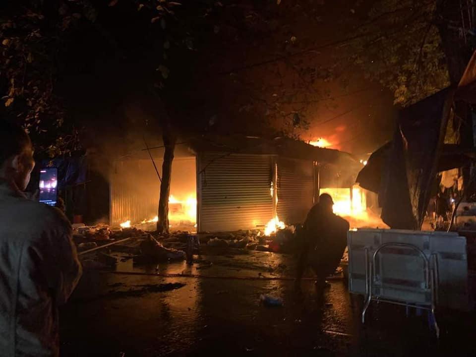 Yên Bái: Cháy chợ trong đêm 5 gian hàng bị thiêu rụi - Ảnh 1.