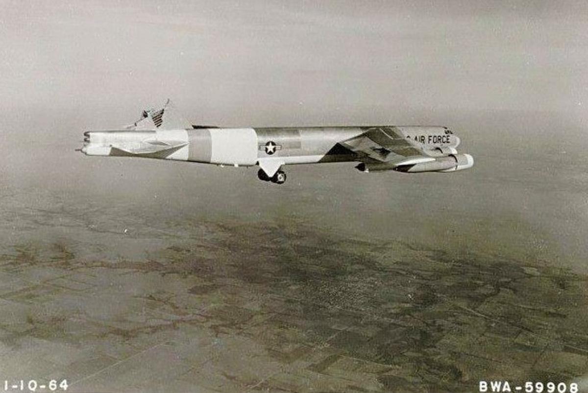 Chuyện hy hữu: Máy bay ném bom B-52H hạ cánh theo kiểu khó tin - Ảnh 3.