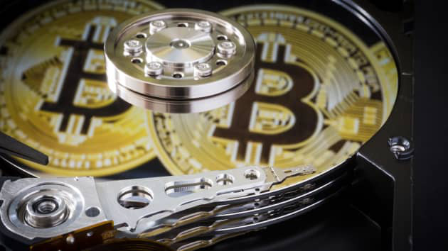 Vứt nhầm ổ cứng chứa bitcoin vào bãi rác, kỹ sư Anh mất trăm triệu USD - Ảnh 1.