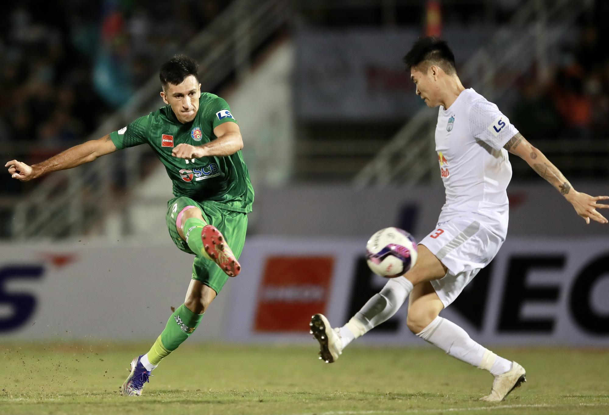 Đỗ Merlo cứa lòng hiểm hóc ghi bàn duy nhất giúp Sài Gòn FC đá bại HAGL ở trận ra quân V.League 2021. Ảnh: Zing