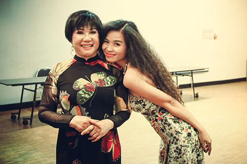 Nữ ca sĩ Đồng Lan chụp cùng cố nghệ sĩ Lệ Thu trong một đêm nhạc diễn ra tại Pháp.
