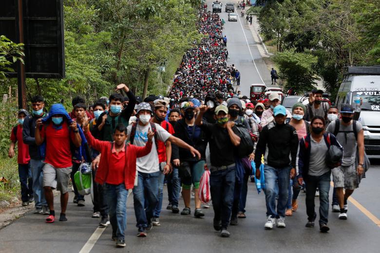 """Cận cảnh đoàn người di cư """"khổng lồ"""" trên đường tới Mỹ - Ảnh 1."""