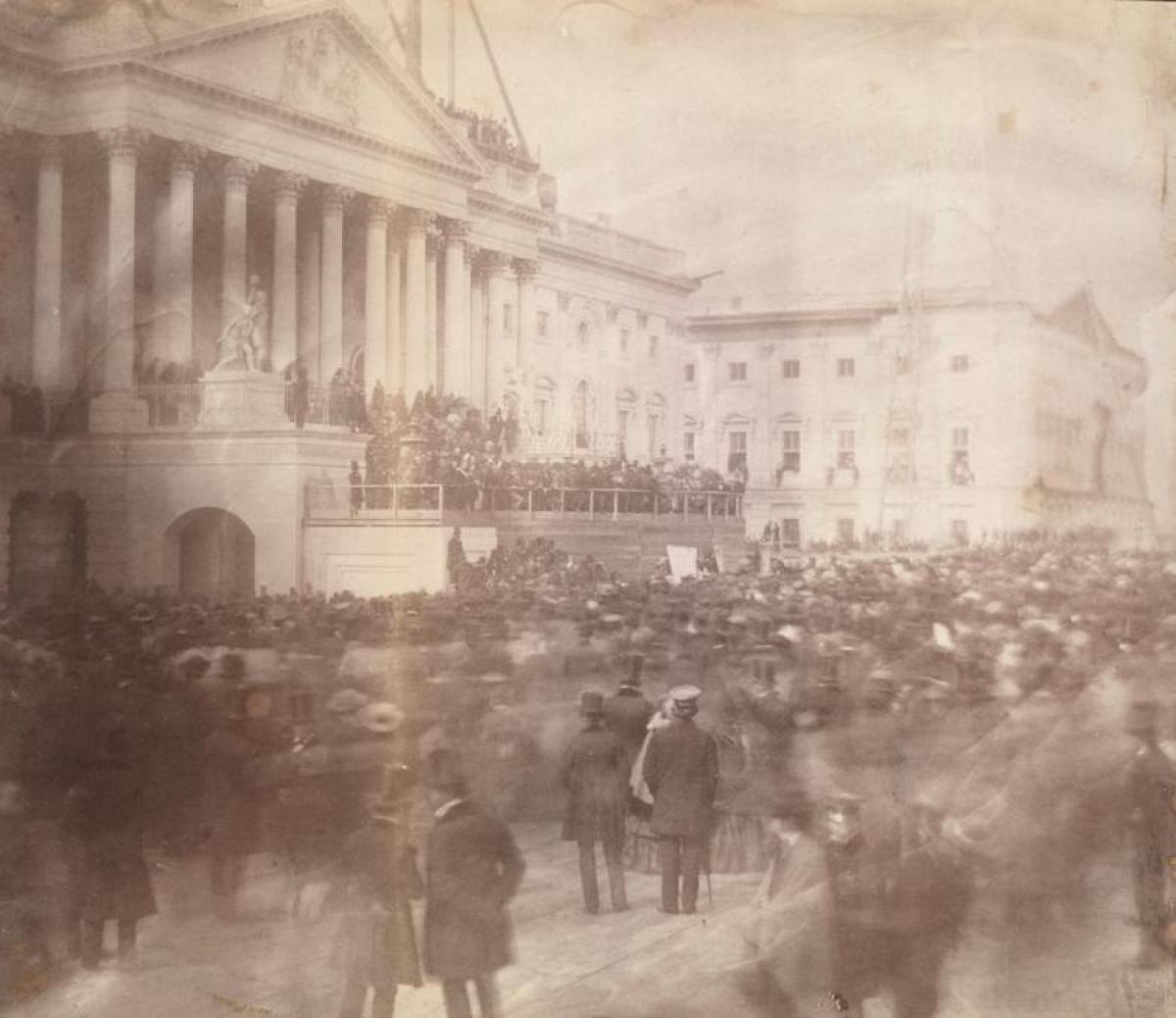 Nhìn lại những hình ảnh ấn tượng trong lễ nhậm chức của các Tổng thống Mỹ - Ảnh 1.