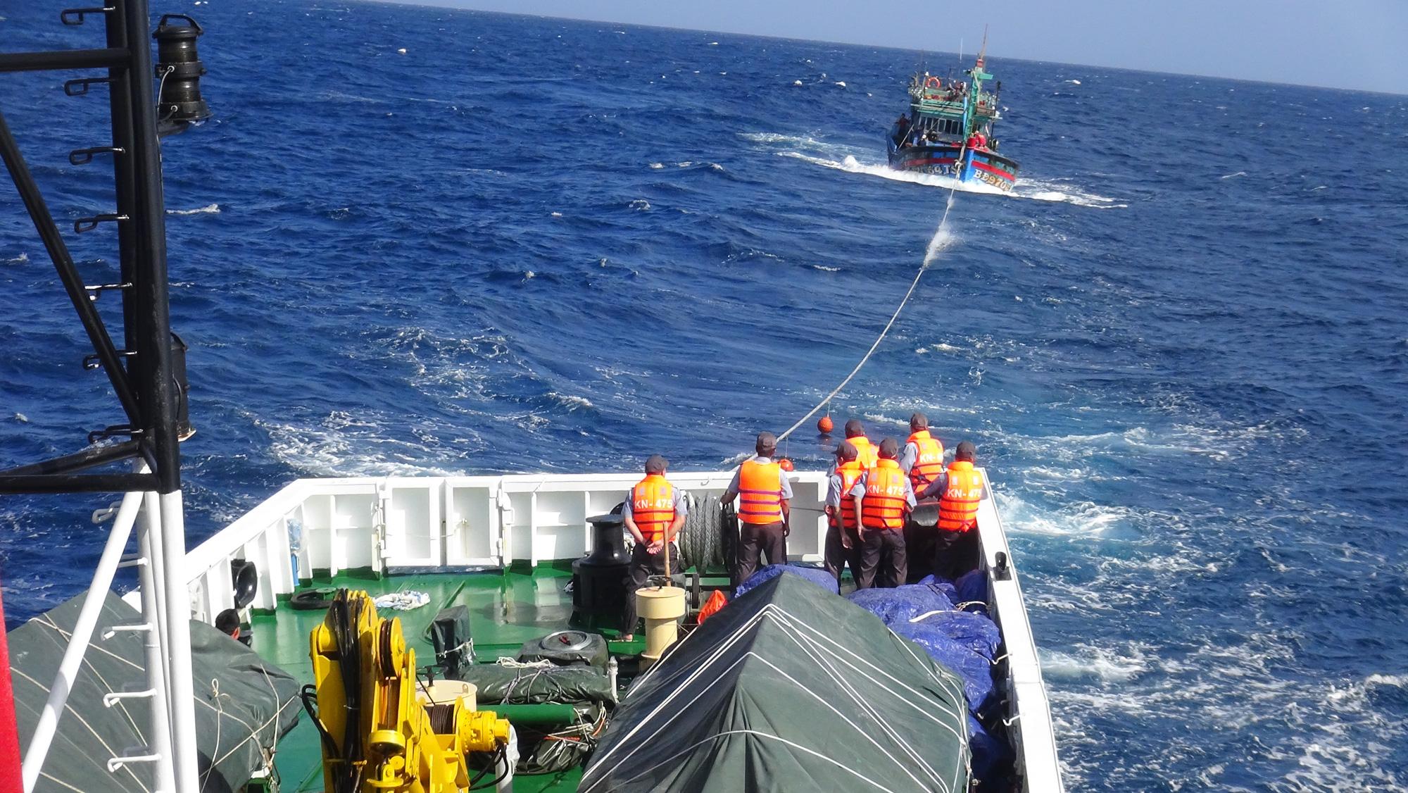 Cứu sống 14 ngư dân, cách bờ 200km  - Ảnh 1.