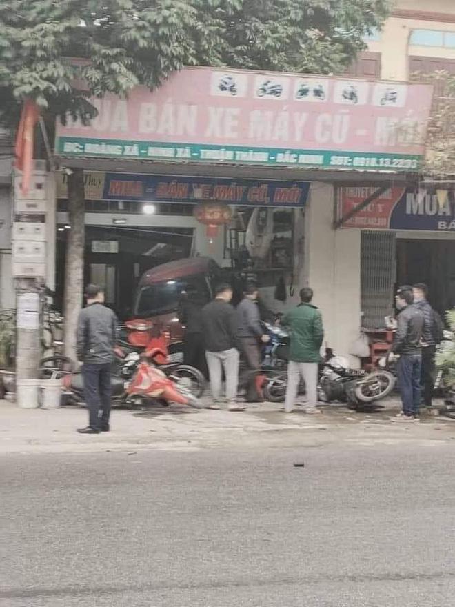 Pha lùi ô tô khiến tất cả hoảng sợ, người chịu hậu quả nặng nề nhất lại là chủ cửa hàng sửa xe - Ảnh 1.