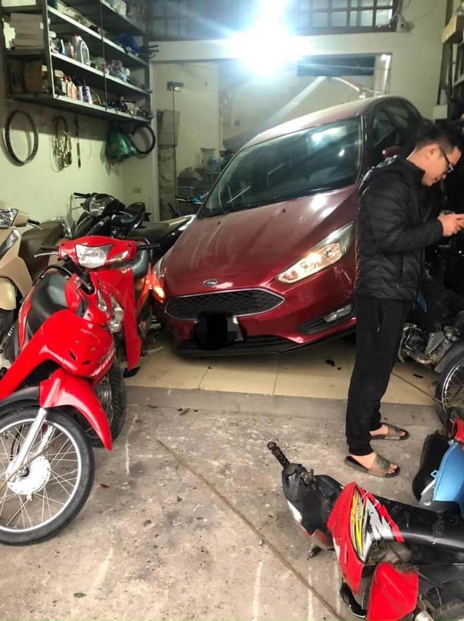 Pha lùi ô tô khiến tất cả hoảng sợ, người chịu hậu quả nặng nề nhất lại là chủ cửa hàng sửa xe - Ảnh 3.