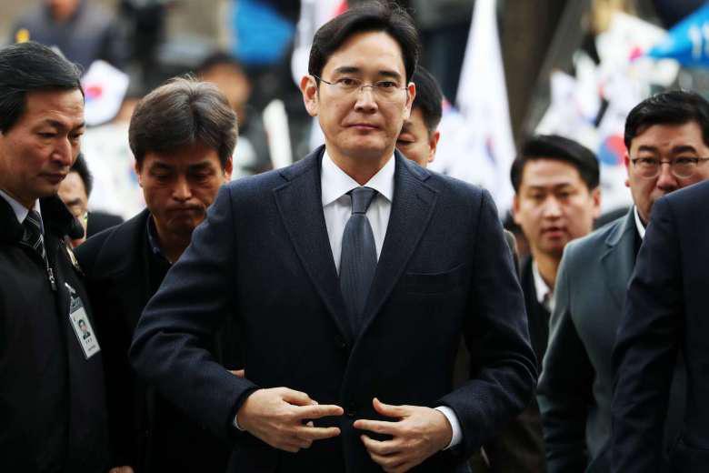 CEO Samsung lĩnh 2,5 năm tù vì hối lộ bạn gái cựu Tổng thống Hàn Quốc - Ảnh 1.