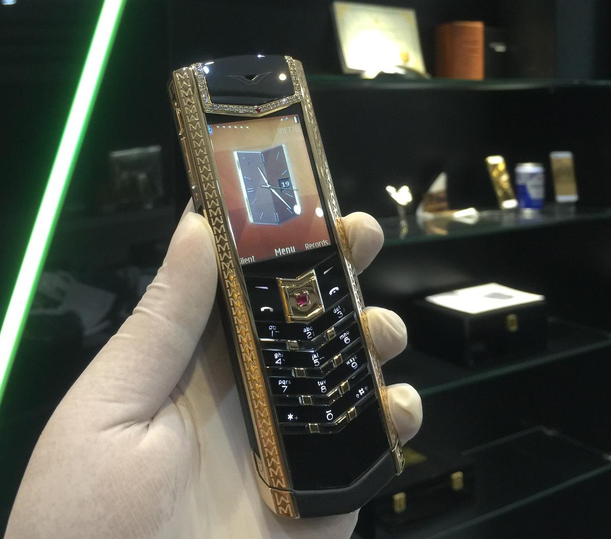 Cận cảnh chiếc điện thoại Vertu độ vàng, kim cương đỉnh cao - Ảnh 1.