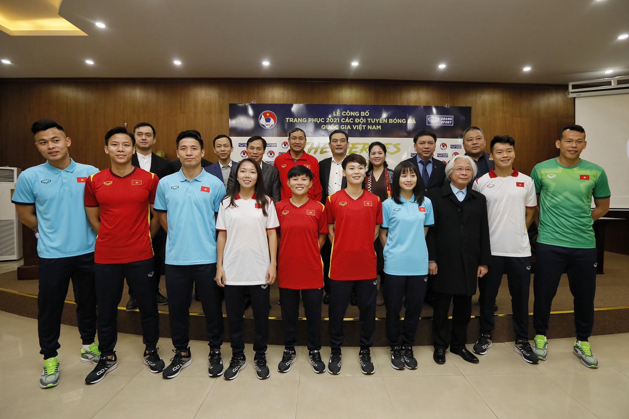 Lãnh đạo VFF cùng đại diện các tuyển thủ bóng đá nam, nữ Việt Nam chụp ảnh lưu niệm với mẫu áo thi đấu mới của Grand Sport. Ảnh: Minh Hoàng