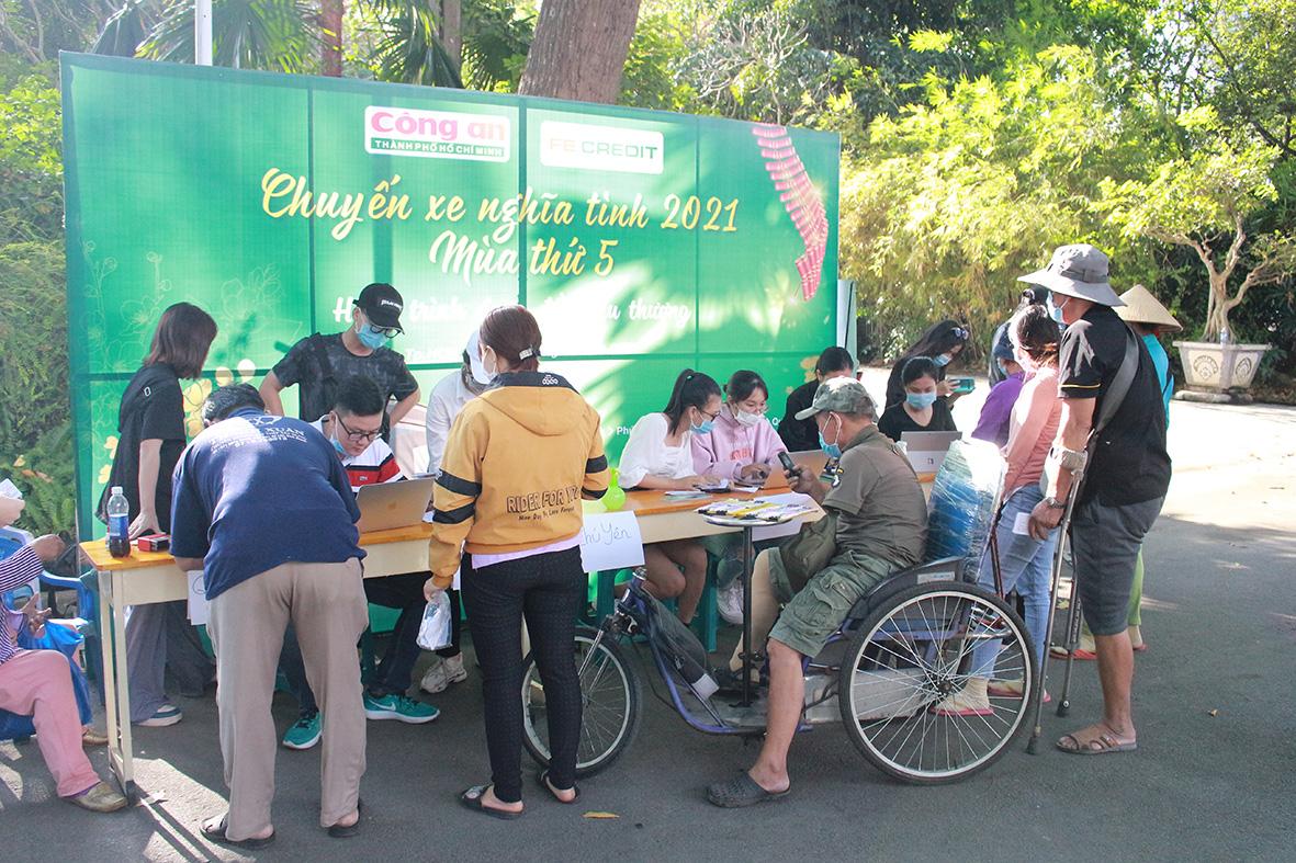 FE CREDIT tặng gần 1.000 vé xe cho người lao động khó khăn về quê ăn tết từ 12/1 - Ảnh 1.