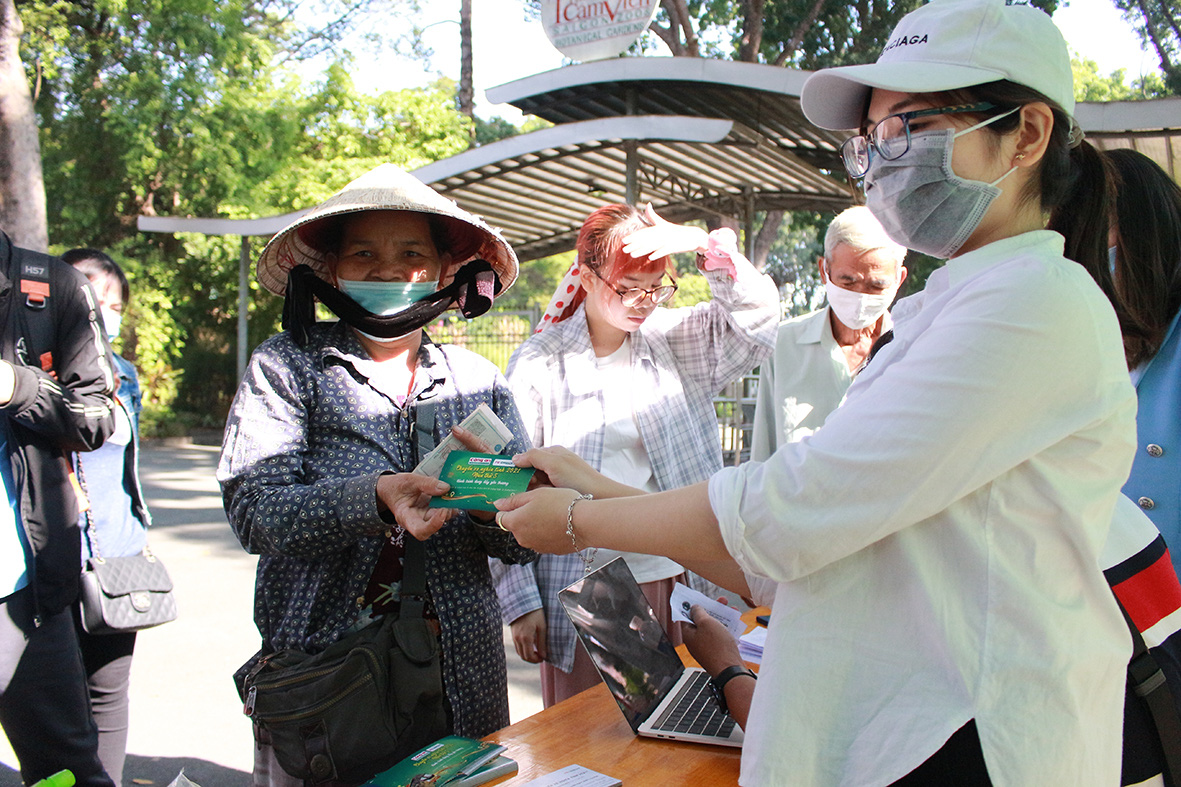 FE CREDIT tặng gần 1.000 vé xe cho người lao động khó khăn về quê ăn tết từ 12/1 - Ảnh 2.