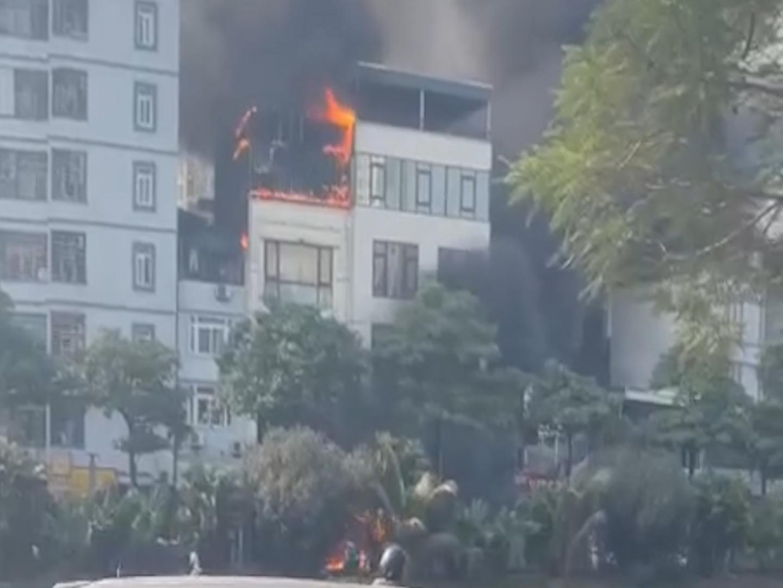 Clip: Cháy lớn tại một quán lẩu ở Thượng Đình, Hà Nội - Ảnh 2.