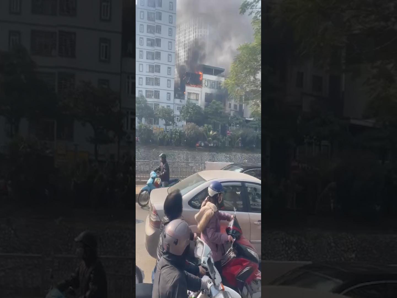 Clip: Cháy lớn tại một quán lẩu ở Thượng Đình, Hà Nội - Ảnh 4.