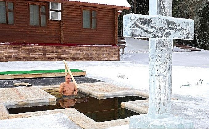 Clip: Tổng thống Putin khoe vẻ vạm vỡ, ngâm mình xuống hồ nước lạnh giá - Ảnh 2.