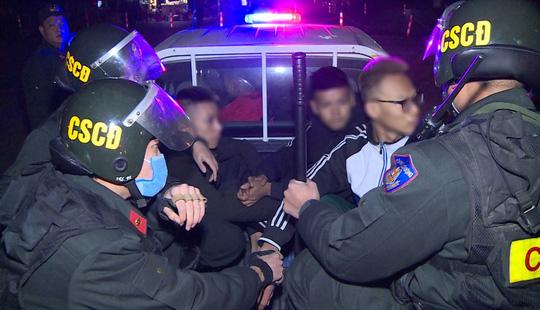 Nhóm thiếu niên choai choai chuyên tụ tập đánh võng, tạt đầu xe trêu chọc cảnh sát - Ảnh 1.