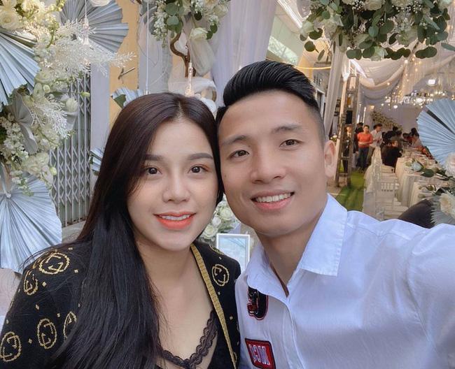 """2 tuyển thủ Việt Nam cưới vợ đầu năm 2021: Toàn """"hot-girl"""", con nhà giàu - Ảnh 3."""