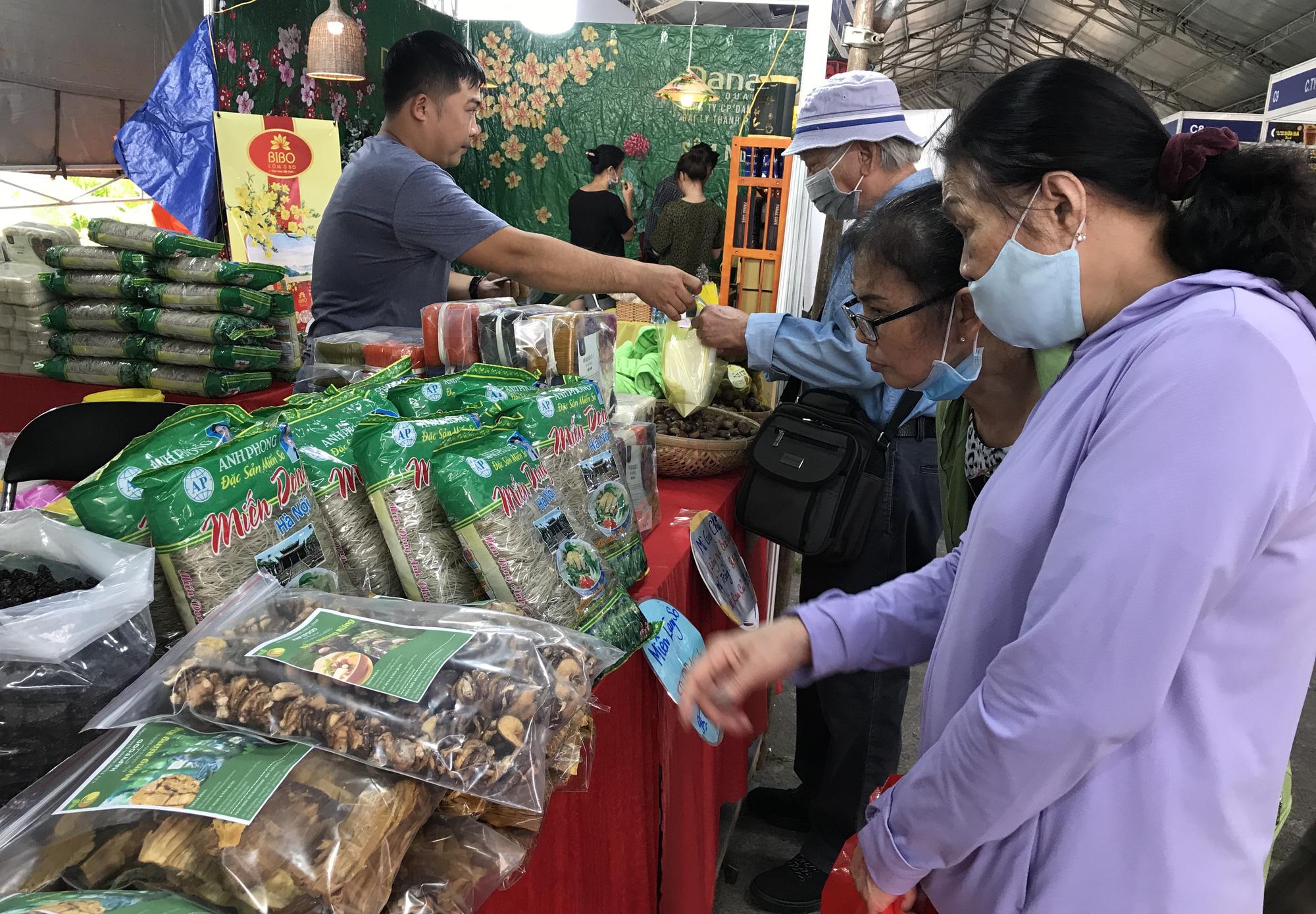 TP.HCM: Hội chợ Tết mở sớm, đặc sản độc lạ 3 miền ùn ùn đổ về - Ảnh 4.