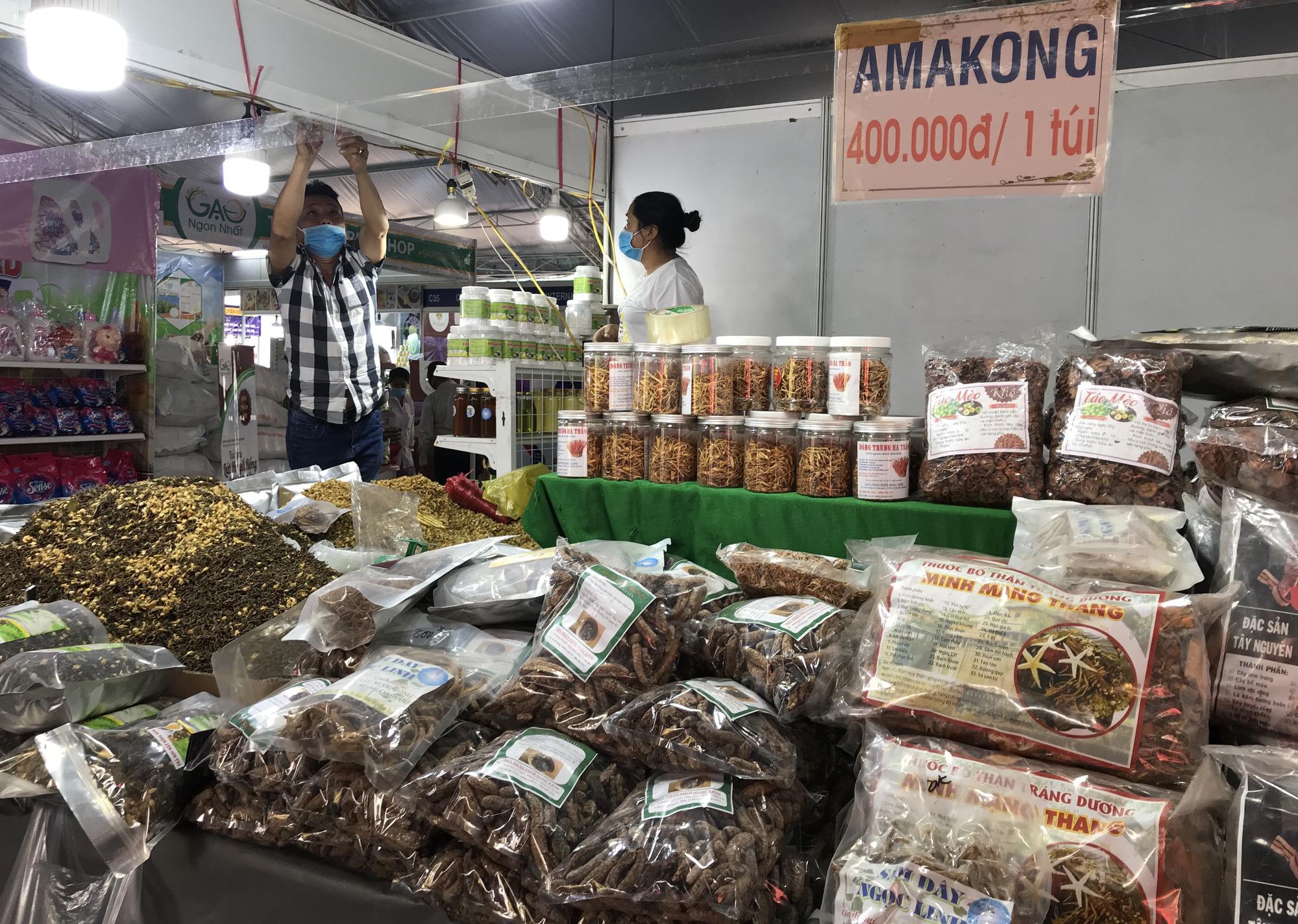 TP.HCM: Hội chợ Tết mở sớm, đặc sản độc lạ 3 miền ùn ùn đổ về - Ảnh 6.
