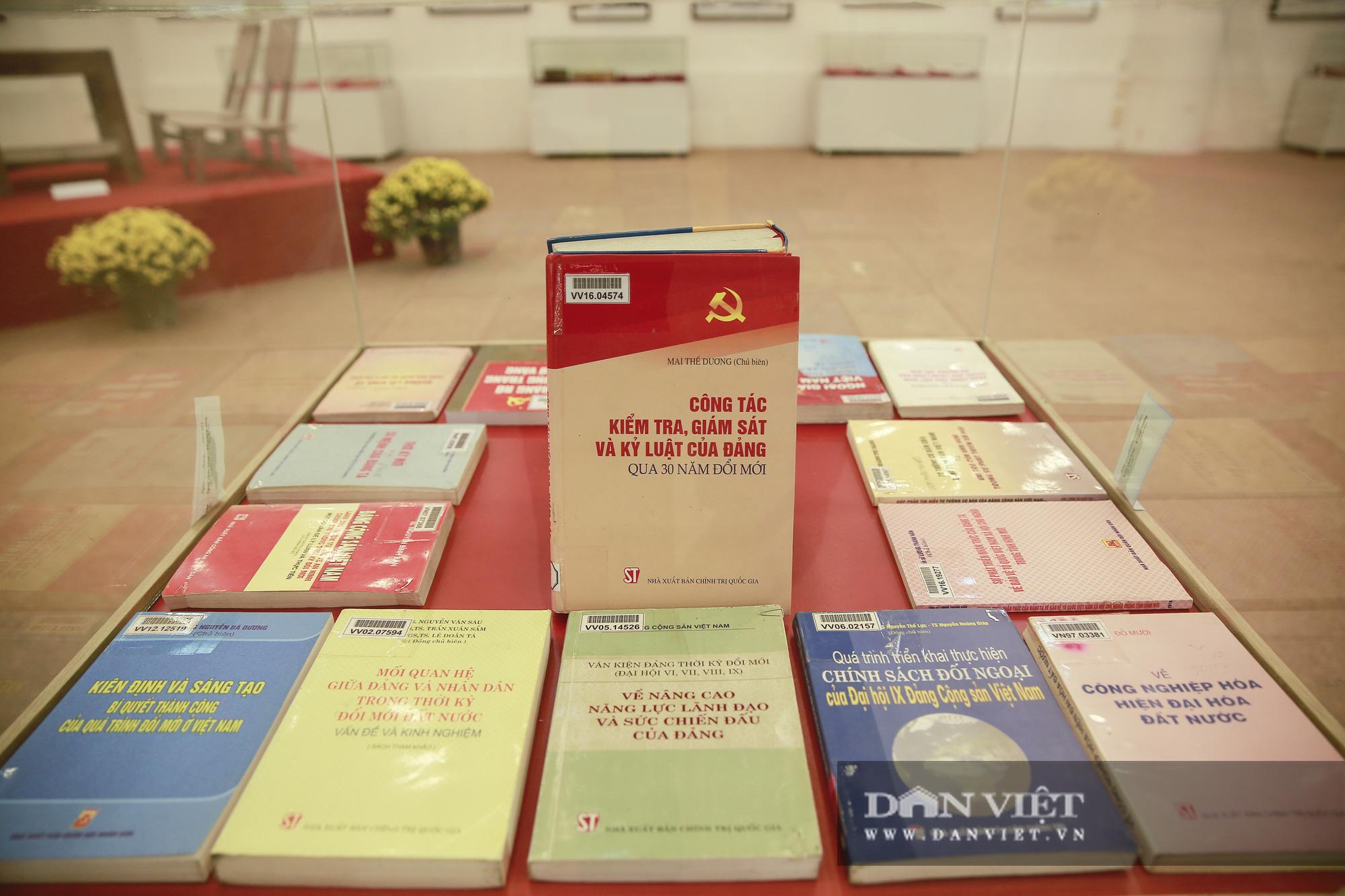"""Cận cảnh những tư liệu quý và khí tài quân sự Việt Nam tại triển lãm """"Đảng ta thật là vĩ đại"""" - Ảnh 11."""