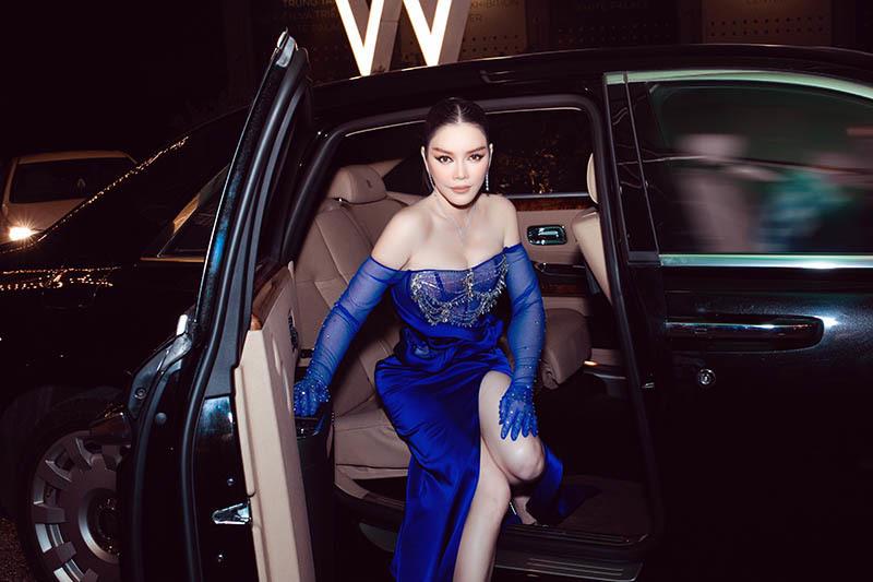 Lý Nhã Kỳ ở tuổi U40 vẫn táo bạo mặc váy xuyên thấu quyến rũ trên xe sang 40 tỷ - Ảnh 2.
