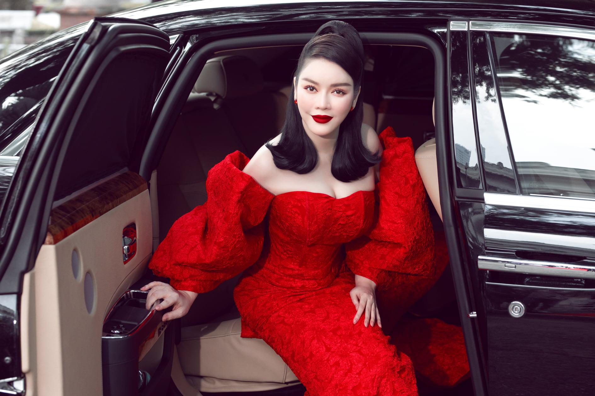 Lý Nhã Kỳ ở tuổi U40 vẫn táo bạo mặc váy xuyên thấu quyến rũ trên xe sang 40 tỷ - Ảnh 9.
