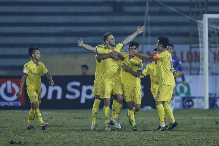 Cầu thủ CLB Nam Định trả giá vì phạm lỗi với Đỗ Hùng Dũng - Ảnh 2.