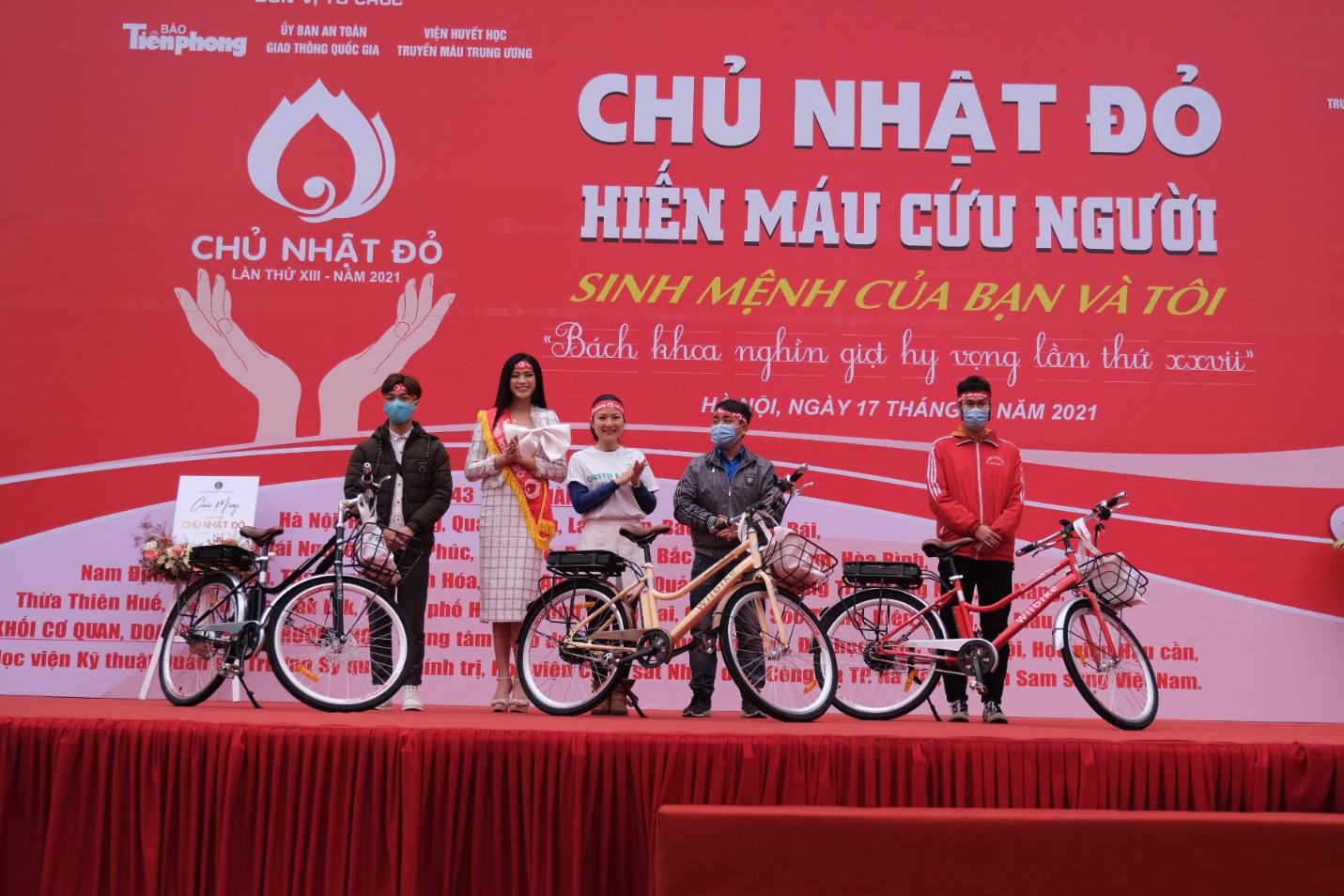 Hoa hậu Đỗ Thị Hà và Wiibike tặng xe đạp trợ lực điện cho 3 chàng trai Bách Khoa hiến máu nhiều nhất - Ảnh 4.