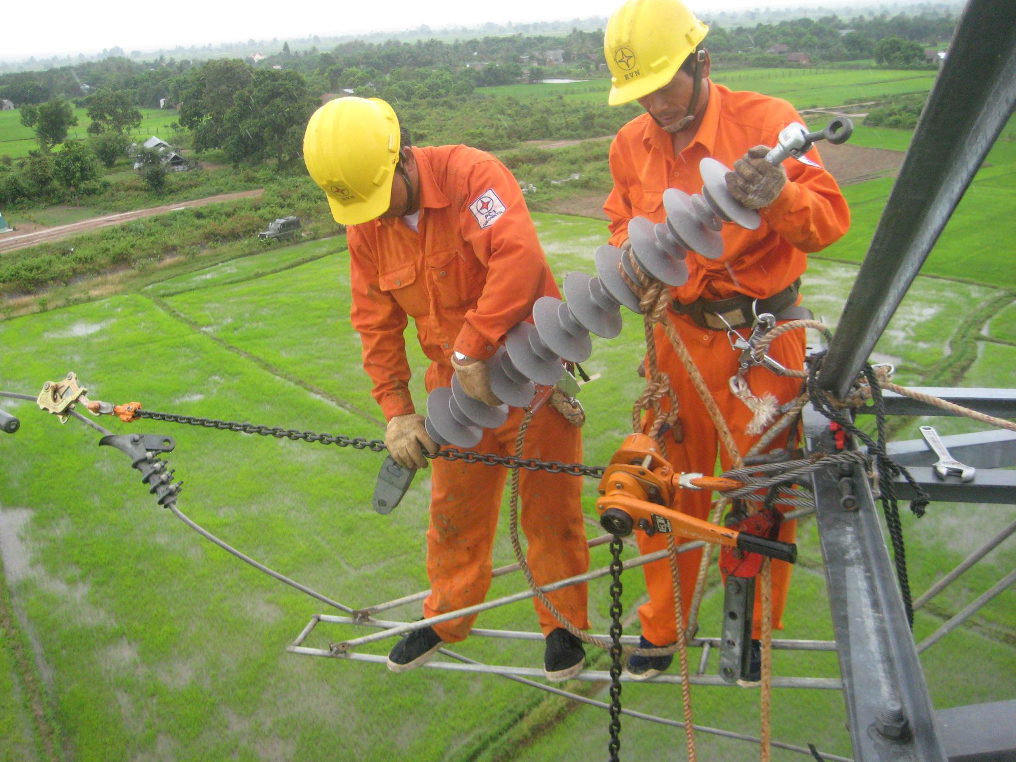 Đảm bảo cấp điện trong thời gian thi công đường dây 500kV mạch 3 Dốc Sỏi – Pleiku 2 - Ảnh 1.