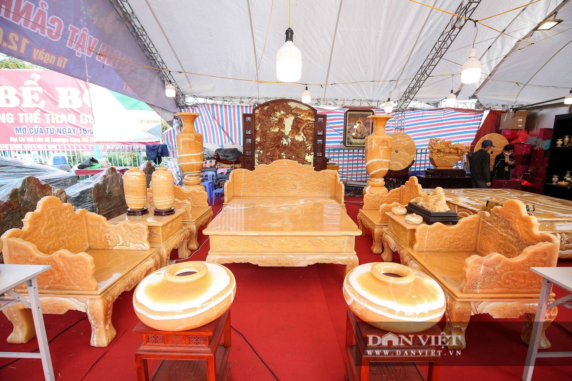 Xôn xao bộ bàn ghế làm bằng ngọc Hoàng Long giá tiền tỷ tại Hà Nội - Ảnh 1.