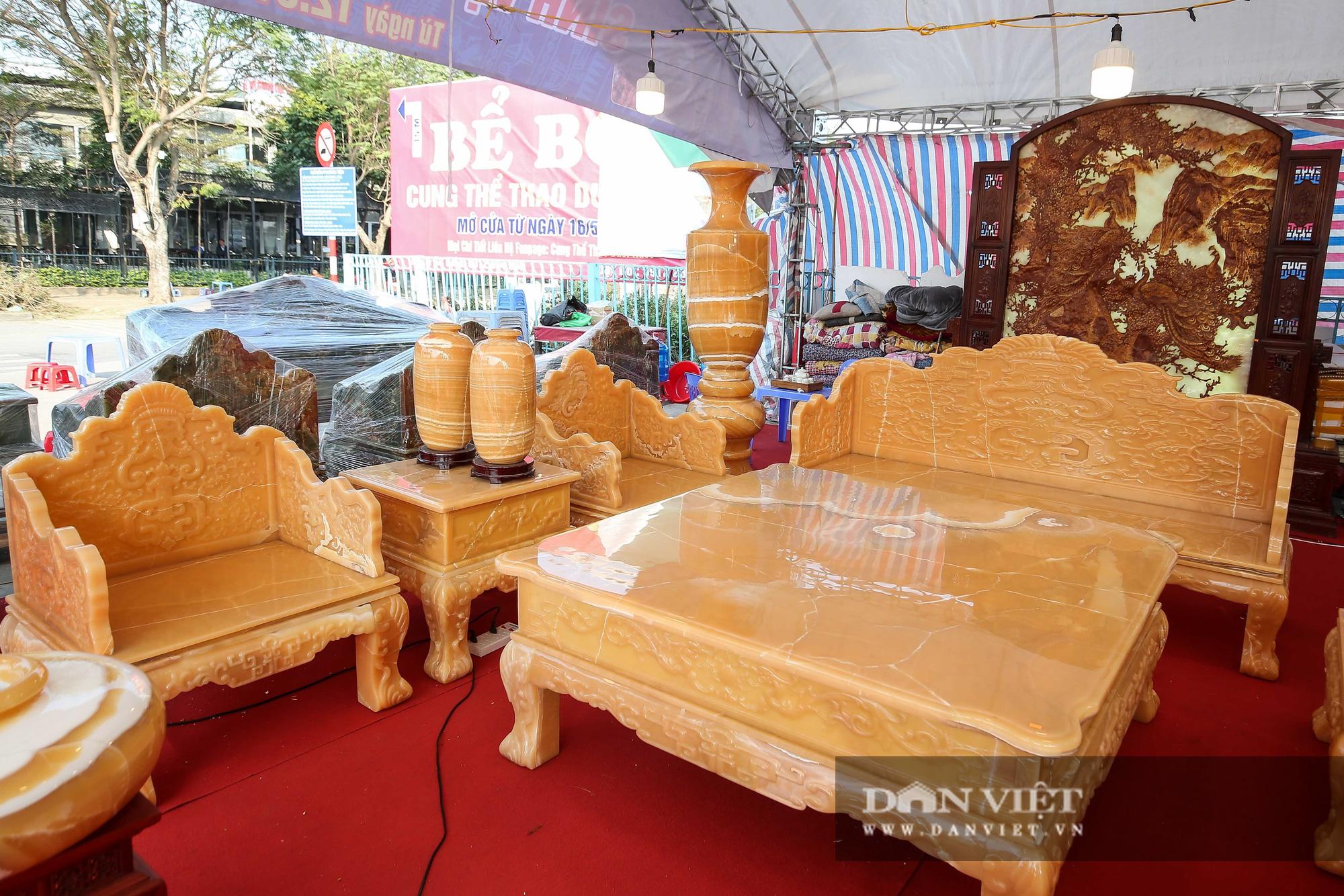 Xôn xao bộ bàn ghế làm bằng ngọc Hoàng Long giá tiền tỷ tại Hà Nội - Ảnh 2.