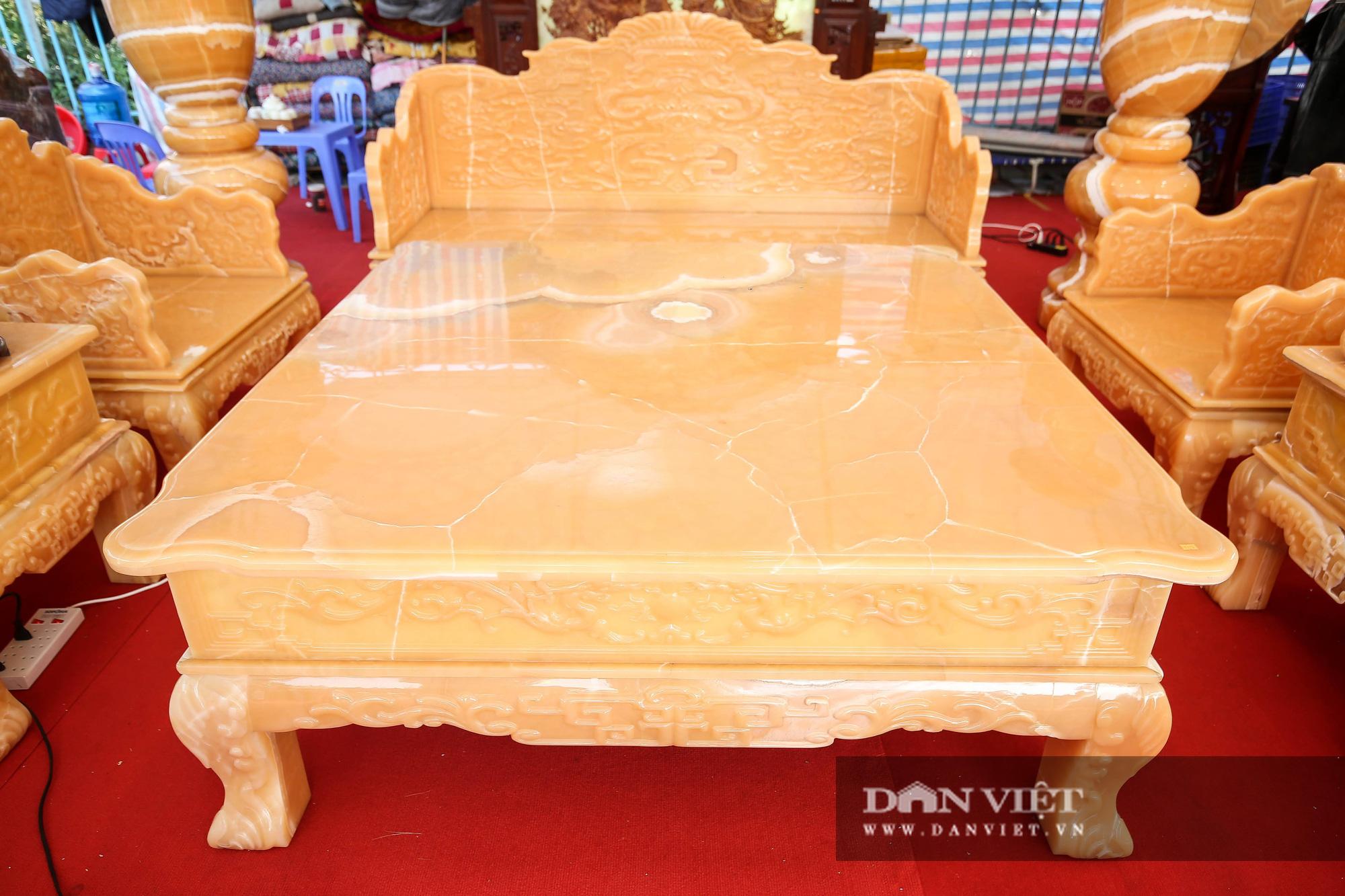 Xôn xao bộ bàn ghế làm bằng ngọc Hoàng Long giá tiền tỷ tại Hà Nội - Ảnh 3.