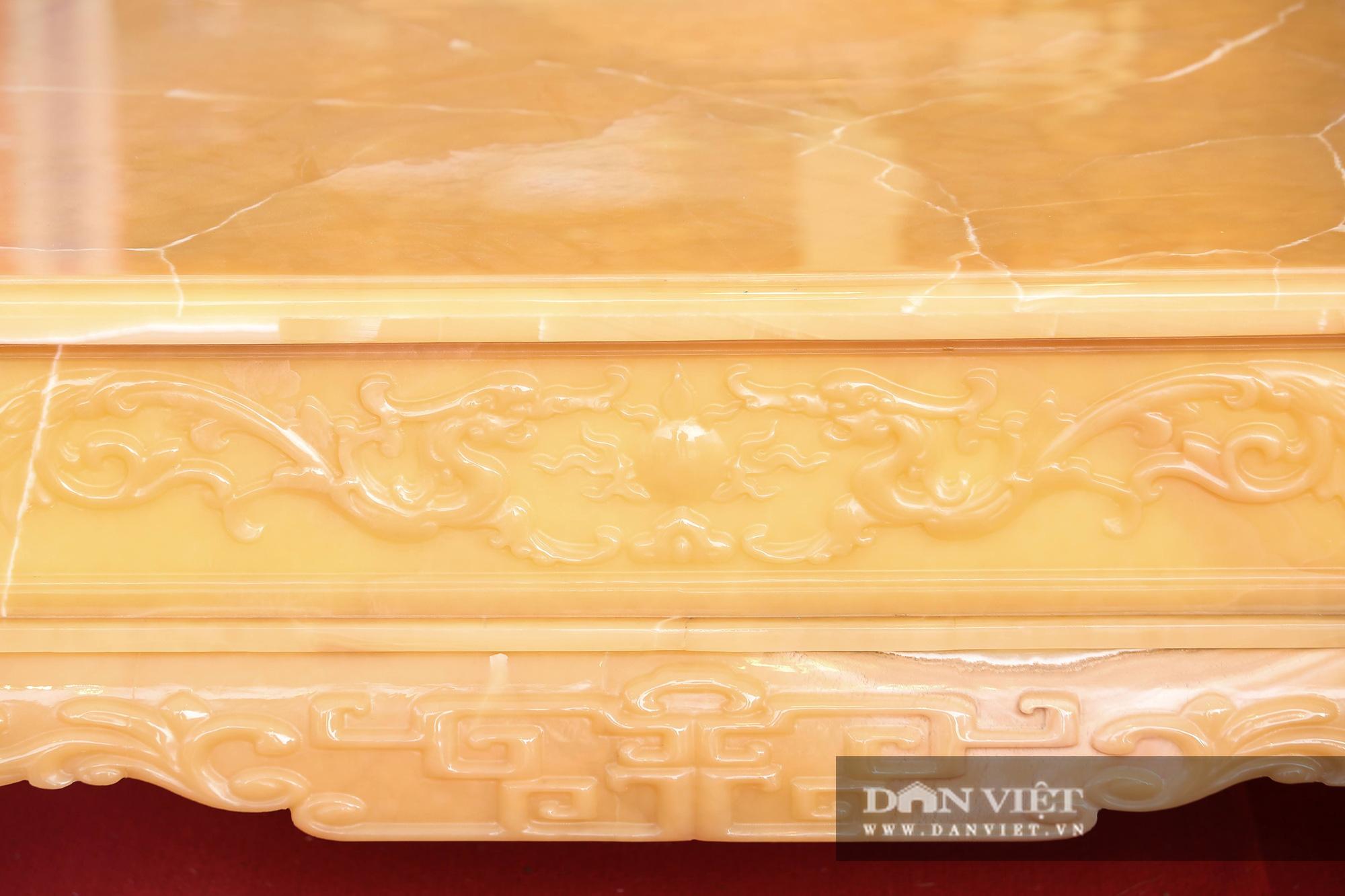 Xôn xao bộ bàn ghế làm bằng ngọc Hoàng Long giá tiền tỷ tại Hà Nội - Ảnh 4.
