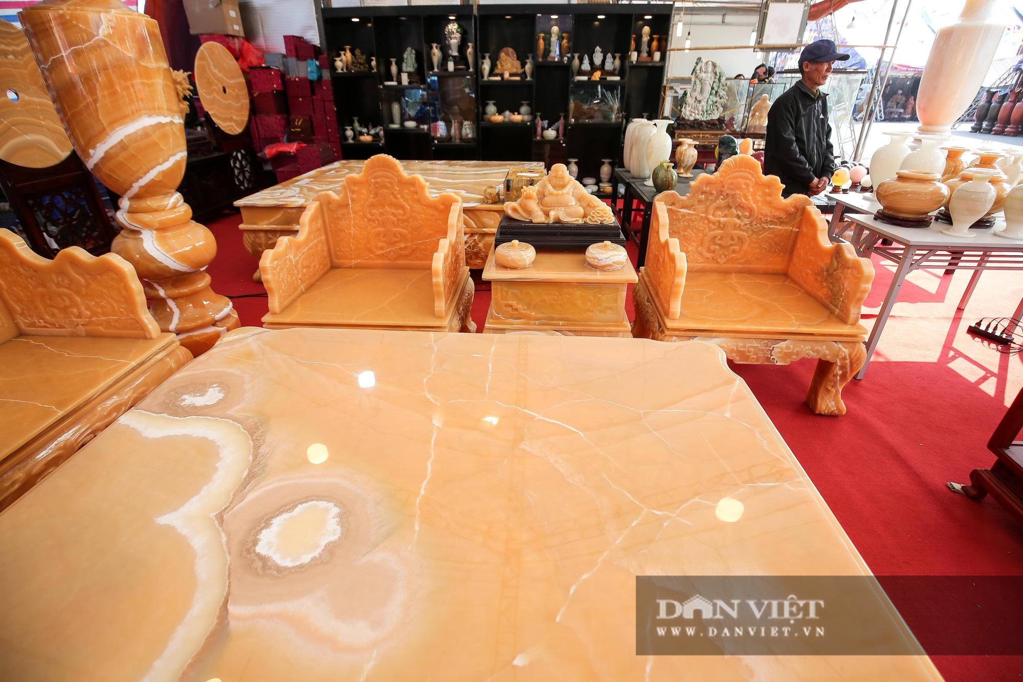 Xôn xao bộ bàn ghế làm bằng ngọc Hoàng Long giá tiền tỷ tại Hà Nội - Ảnh 5.