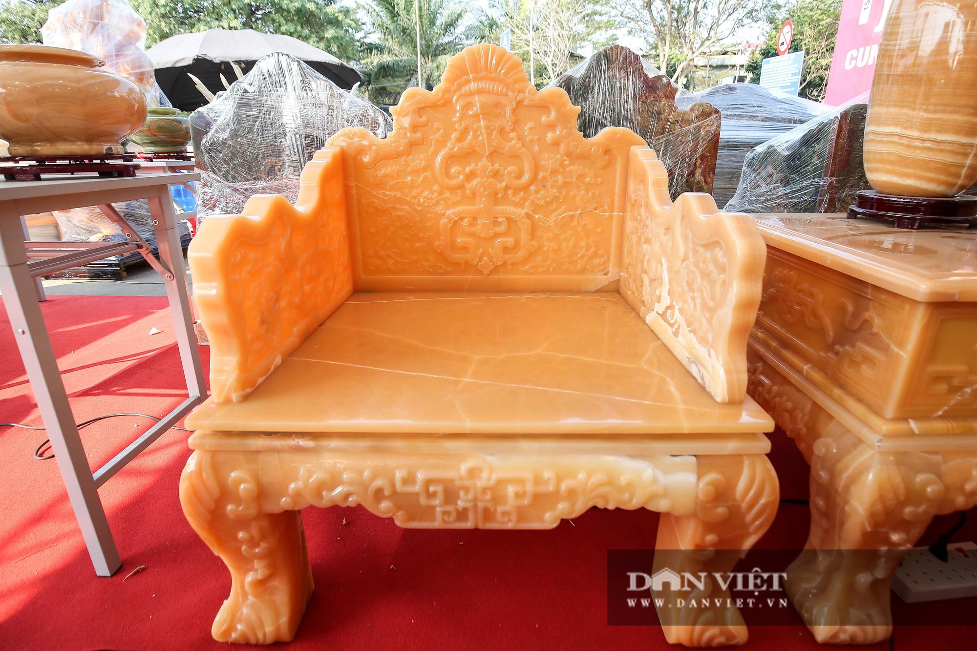 Xôn xao bộ bàn ghế làm bằng ngọc Hoàng Long giá tiền tỷ tại Hà Nội - Ảnh 7.