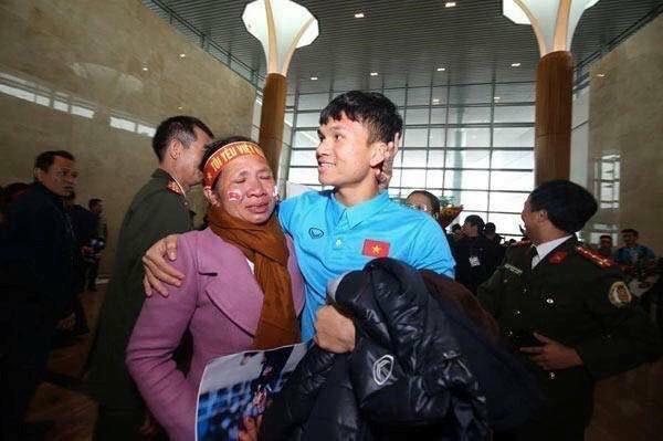 """Cầu thủ """"nghèo"""" nhất U23 Việt Nam cưới vợ: Bán trâu cho con đá bóng - Ảnh 4."""