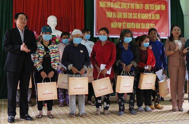 Bí thư, Chủ tịch tỉnh Bình Định tặng quà, chúc Tết người dân khó khăn - Ảnh 2.