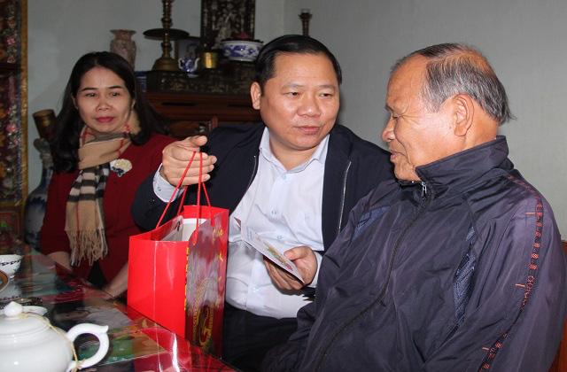 Bí thư, Chủ tịch tỉnh Bình Định tặng quà, chúc Tết người dân khó khăn - Ảnh 1.